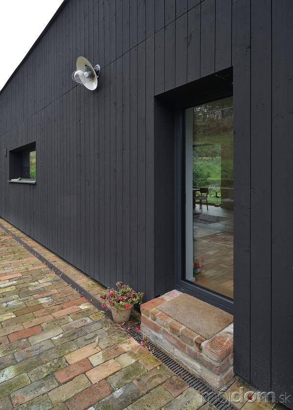 čierna fasáda domu