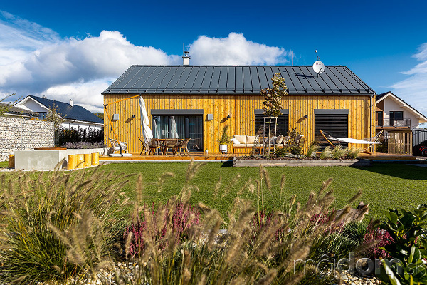 dom s drevenou fasádou