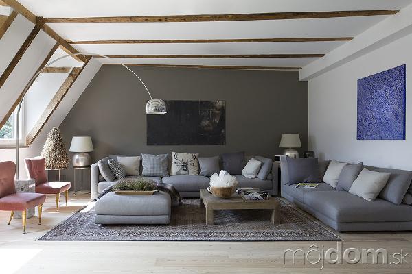 drevené trámy pod strechou