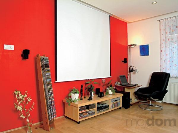 Obytnej miestnosti dominuje žiarivočervená