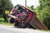 Nehoda kamióna nemusí znamenať