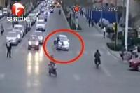 Zrazila cyklistu i policajta