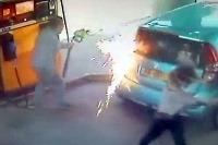 Žena podpálila mužovi auto