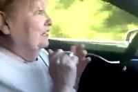 Babi za volantom Tesly