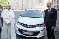 Nový papamobil je Opel