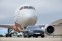 Tesla X a Boeing 787-9 Dreamliner