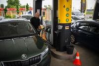 ŠKODA na jednu hodinu pretvorila klasickú čerpaciu stanicu na nabíjacie centrum, aby vodičom ukázala, koľko by ušetrili jazdou na elektromobile