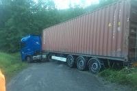 Zakliesnený kamión so slovenským vodičom v oblasti Piemont v horách neďaleko Cabello Ligure