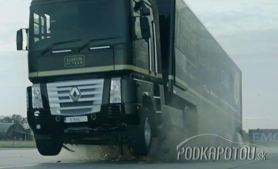 Kamión skočil ponad formulu