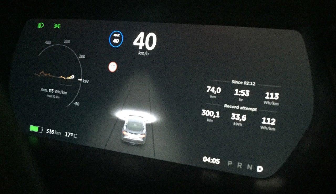 Tesla S prešla 900