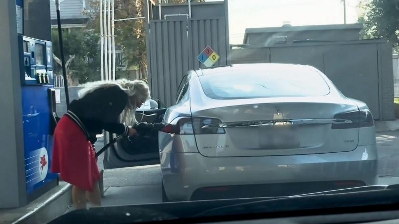 Blondína tankuje Teslu benzínom