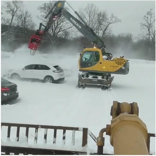 Bager odstraňuje sneh