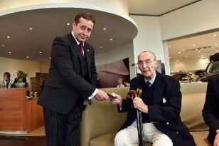 100 ročný zákazník Barry