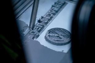 vysávanie prebytočného hliníkového prachu