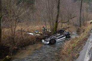 Auto v potoku -