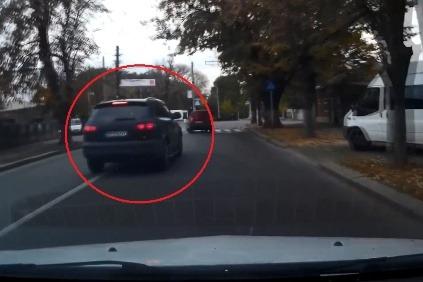 8da96c77a VIDEO: 20-ročný mladík v Audi Q7 predbiehal v zákrute a napálil to do stĺpu!