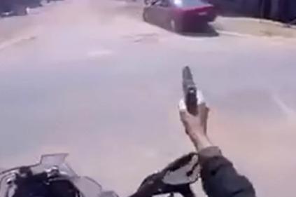 Policajt na motorke stíha