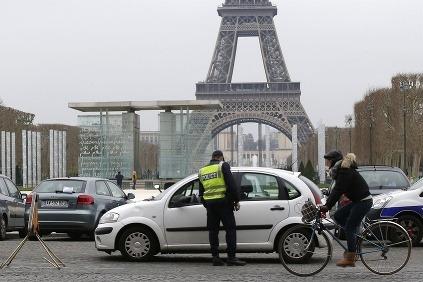 Policajt kontoluje auto počas