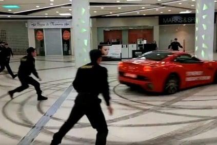 Naháňačka Ferrari v nákupnom