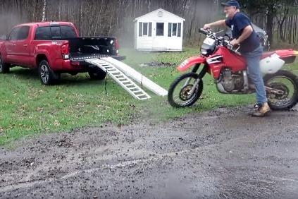 Nakladanie motocykla na pick-up