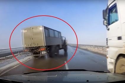 Kľučkovanie medzi kamiónmi