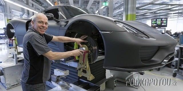 Výroba športového auta je