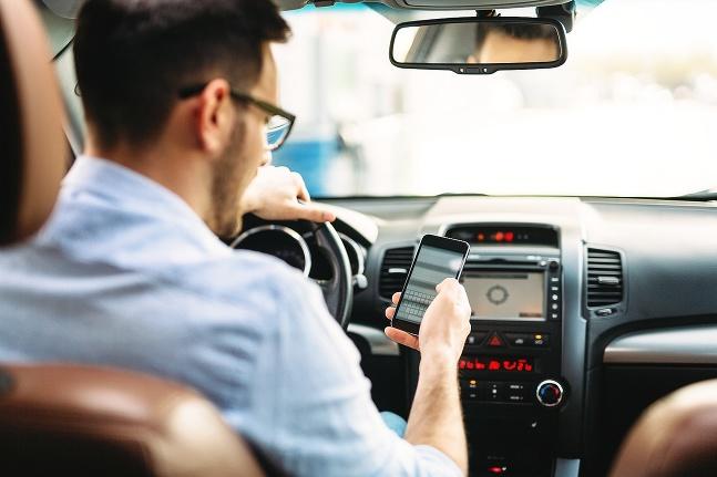 Smartfón v aute
