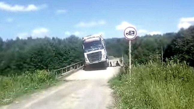Kamion cez dreveny most