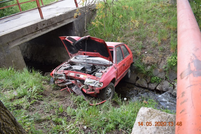 Auto v potoku Kokava