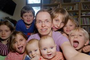 Sarah porodila dvojčatá v