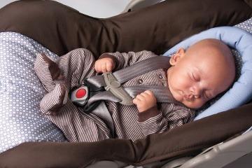 Spiace dieťa v autosedačke