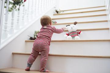 Dvojročné dieťa v pyžame