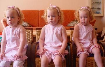 Identické trojičky: Pozrite sa,