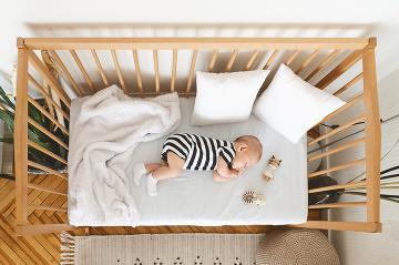 Ukladanie bábätka do postieľky: