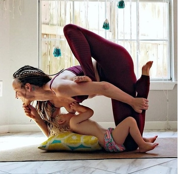 Popri cvičení jogy dojčí