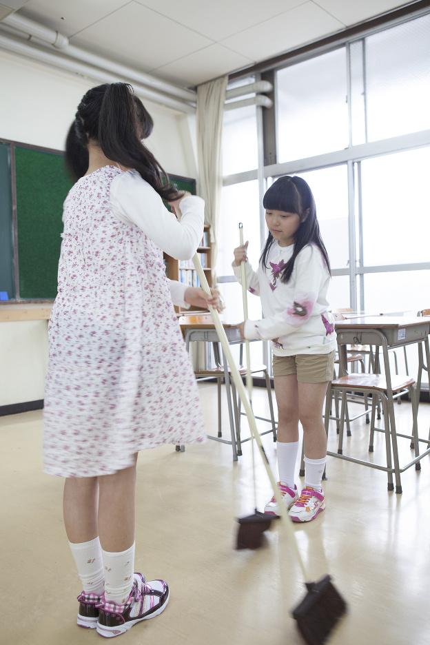 Žiaci si upratujú triedy
