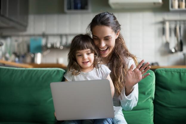Rodičia si na internete