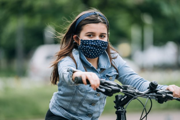 Nosenie rúška: Dieťa upozornite