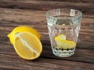Citrónová voda má priam