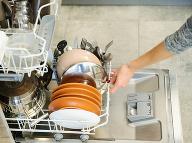 V umývačke riadu sa