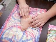 Ukážka samovyšetrenia prsníka. Foto: