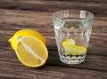 Citrónová voda má priam zázračné účinky na ľudský organizmus.
