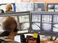 Zamestnanec podrobne sleduje správanie lososov na veľkých monitoroch. (Foto: ČTK)