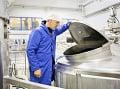 Zamestnanec dozerá na výrobu rybieho oleja v plniarni. (Foto: ČTK)
