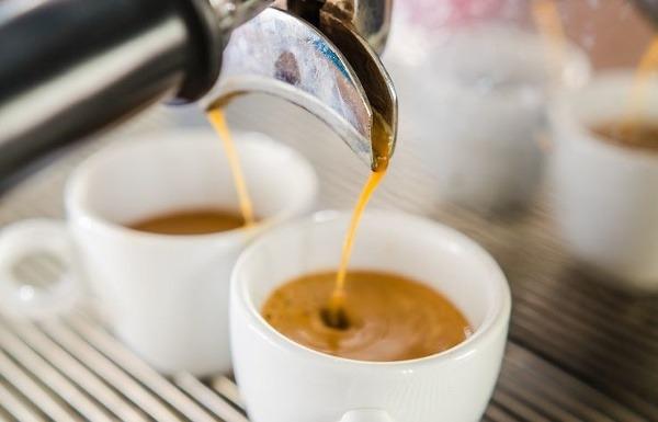 Káva s mliekom alebo
