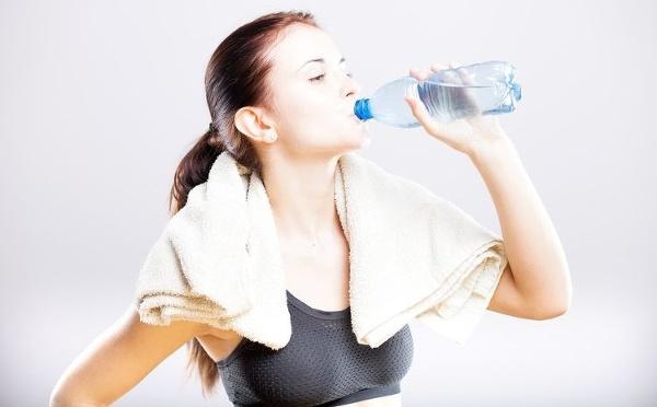 Obyčajná voda zrýchľuje metabolizmus