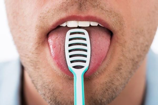 Čistenie môže zuby aj
