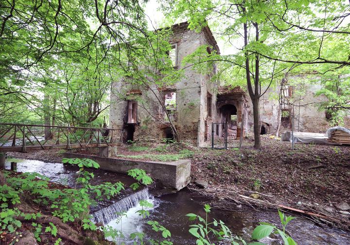 Chátrajúci Bárczyovský kaštieľ v