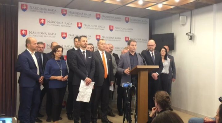 Opozícia pozýva Pellegriniho za
