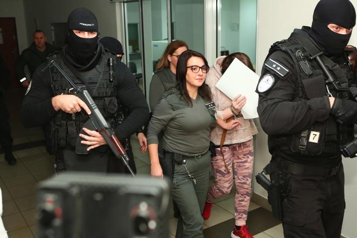 Alena Zsuzsová opúšťa budovu
